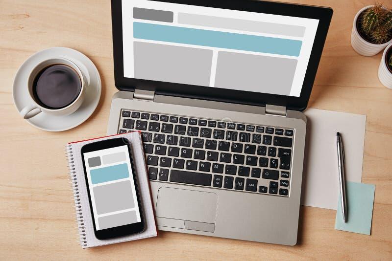 Wyczulony projekta pojęcie na laptopu i smartphone ekranie zdjęcia stock