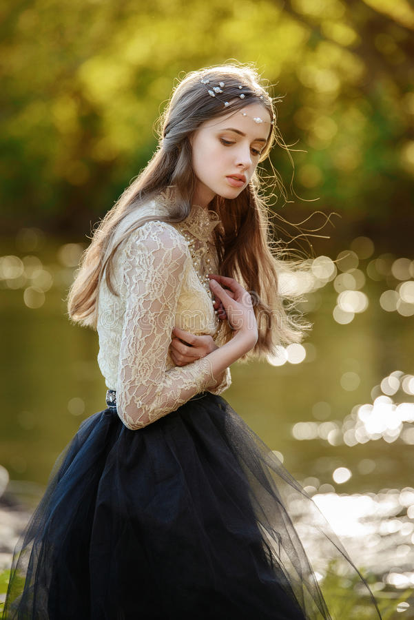 Wyczulony sztuka portret piękna osamotniona dziewczyna w lasowej Ładnej kobiecie pozuje outdoors i patrzeje ciebie Śliczna młoda  zdjęcie stock