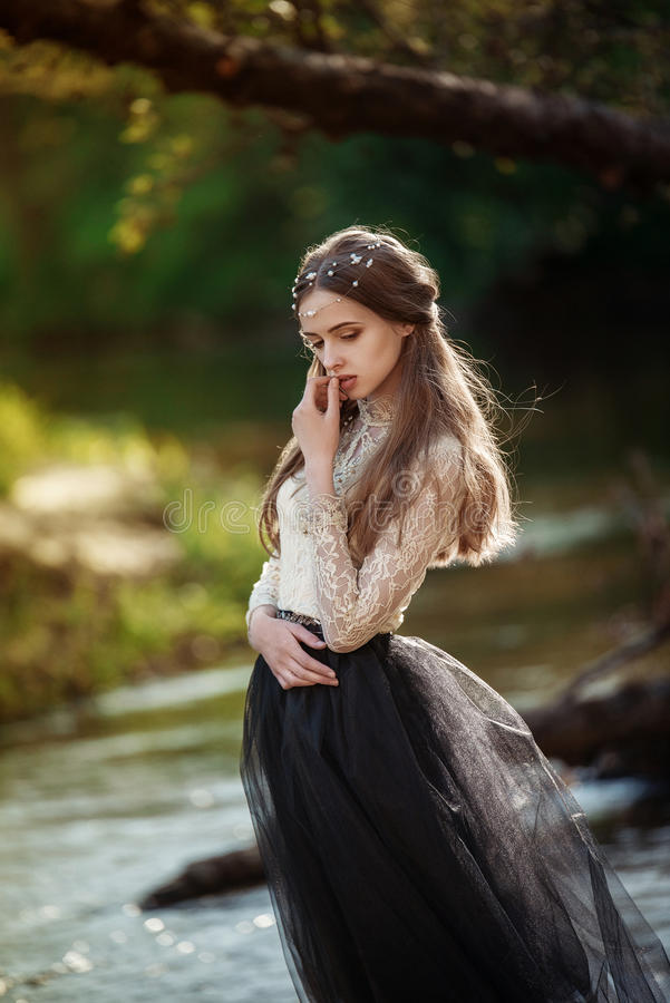 Wyczulony sztuka portret piękna osamotniona dziewczyna w lasowej Ładnej kobiecie pozuje outdoors i patrzeje ciebie zdjęcie stock