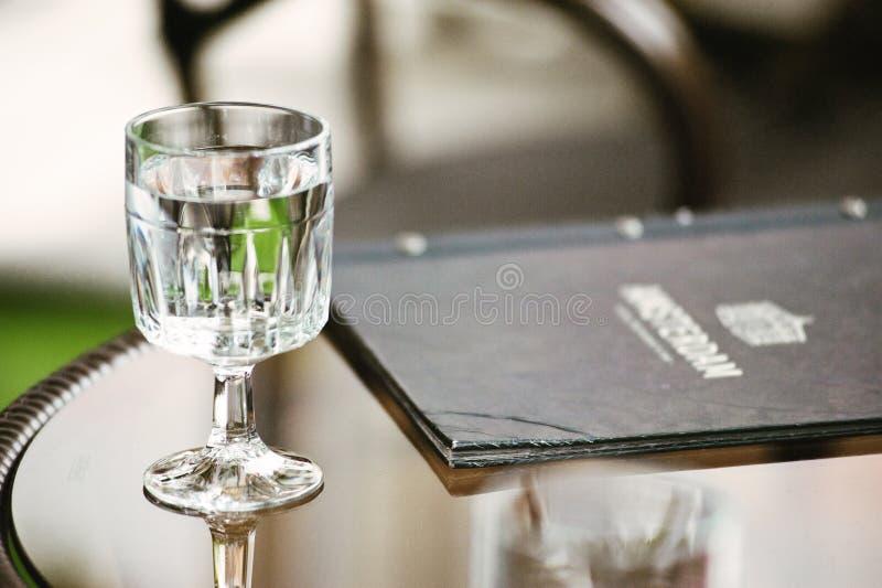 Wyczyść szkło o krótkiej nachyleniu obok menu fotografia royalty free