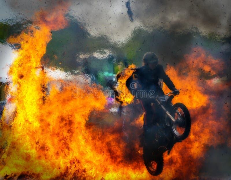 Wyczynu kaskaderskiego motocyklu ogienia skok