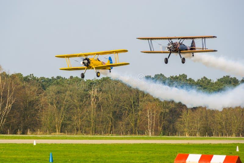 Wyczynu kaskaderskiego samolotowy przedstawienie przy Breda lotniskowym seppe, bosschenhoofd holandie, samoloty z dymienie silnik zdjęcia royalty free