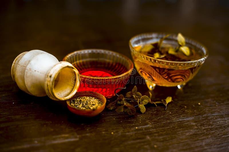 Wydajny i wierny ayurvedic domowy remedium dla febry i może być pospolitym zimnem: Surowy miód, czarny pieprz, mennica i miętówka zdjęcia stock