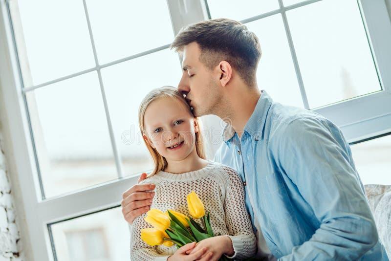 Wydatki ilości czas wpólnie Ojciec i córka w domu obrazy royalty free