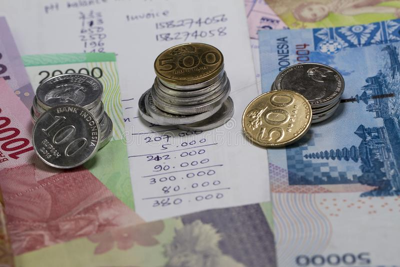 Wydawać Pieniądzy i zapłata Ilustrujący z monetami, banknotami i wydatkowym obliczeniem w handwriting, zdjęcie royalty free