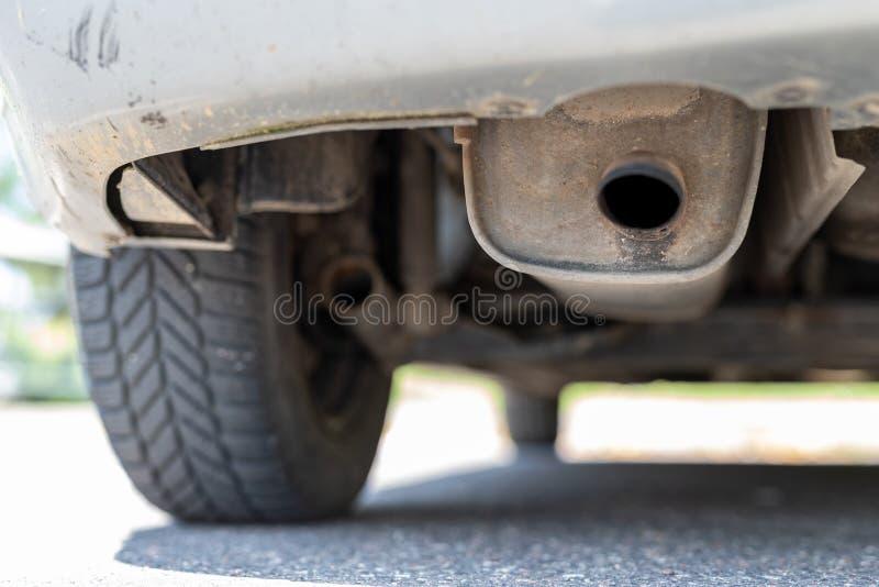 Wydmuchowej drymby i samochodu silencer Car& x27; s wydmuchowy system obrazy stock