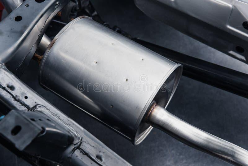Wydmuchowej drymby muffler pod samochodem zdjęcie royalty free