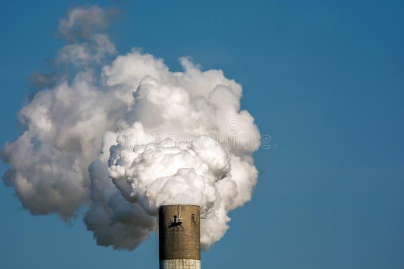 Wydmuchowi gazy i polutanci przemysłem używa przykład dymiący komin obrazy royalty free
