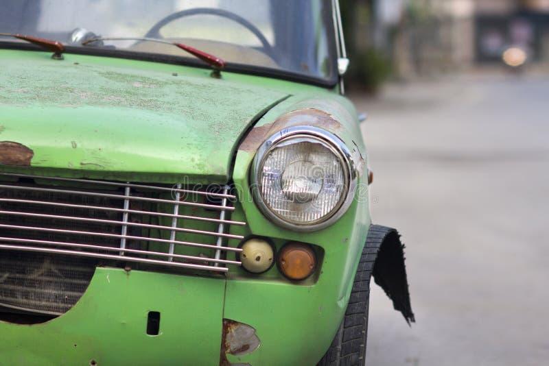 Wydmuszysko opona stary samochód obrazy royalty free