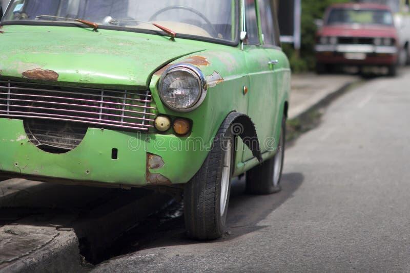 Wydmuszysko opona stary samochód zdjęcia stock