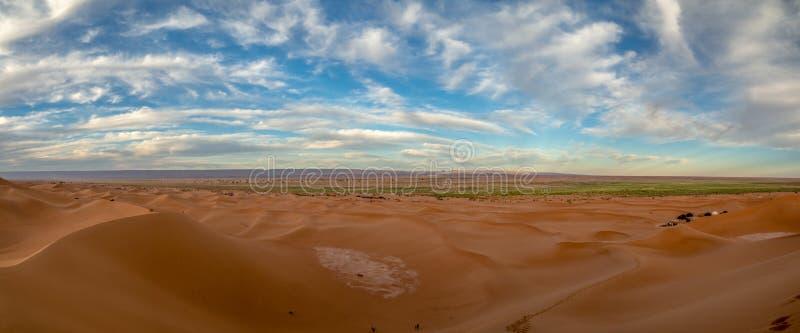 Wydmy piaskowe w Maroku, krajobraz pustyni, tekstura piaskowa, obóz turystyczny na nocny pobyt, panorama na zachodzie słońca nad  obraz royalty free