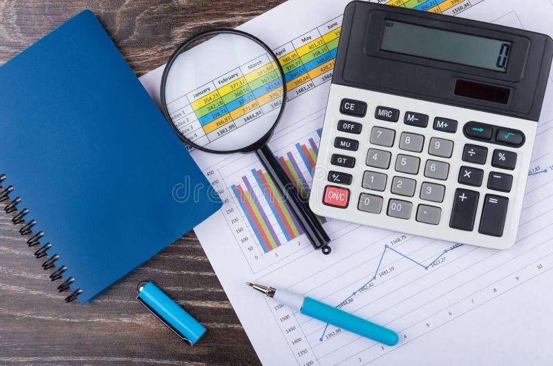 Wydruk z wykresem, kalkulator, pióra notepad zdjęcia royalty free