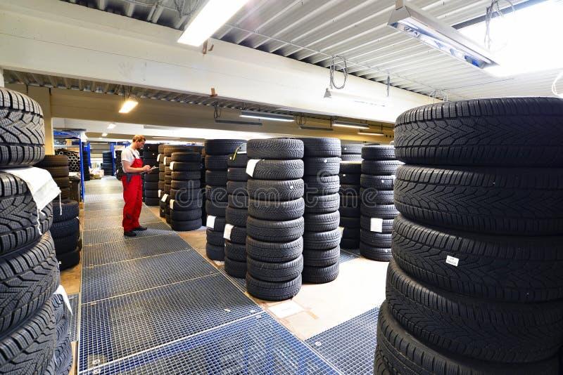 Wydziałowy sklep z samochodowymi oponami w garażu - opony zmiana obraz royalty free