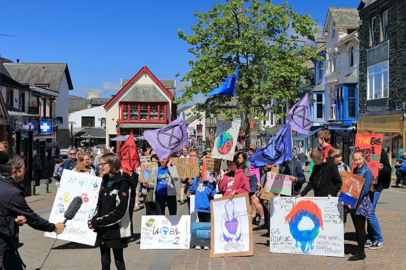 Wygaśnięcie Piątki dla Przyszłościowego ucznia protesta w Keswick i bunt, Jeziorny Gromadzki park narodowy, Cumbria, Anglia zdjęcie royalty free