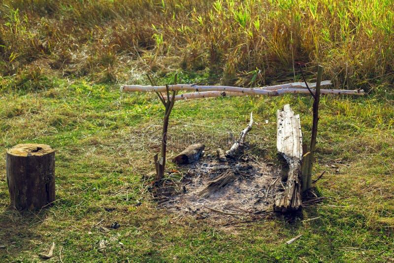 Wygasły ognisko w polu w zielonej łące obraz stock