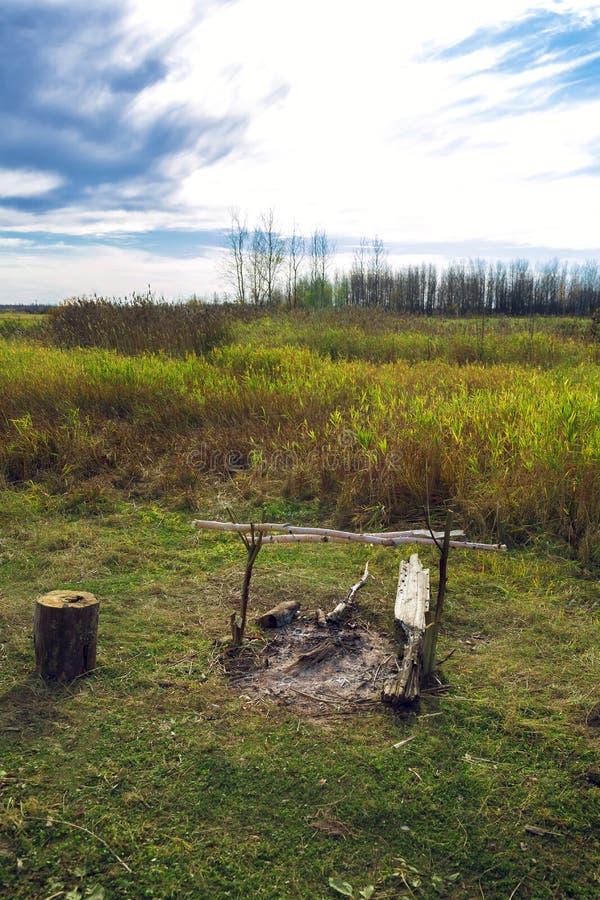 Wygasły ognisko w polu w zielonej łące obraz royalty free