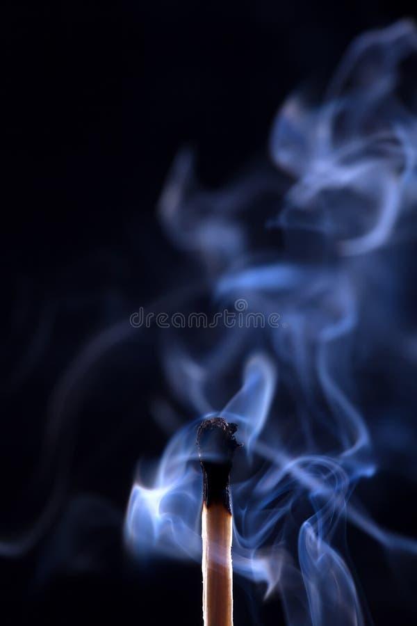 Download Wygasły Dopasowanie Z Dymem Na Czarnym Tle Zdjęcie Stock - Obraz złożonej z macro, płomień: 28966526