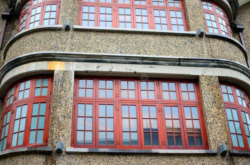 Wyginająca się ściana, kolorowi drewniani okno obrazy stock