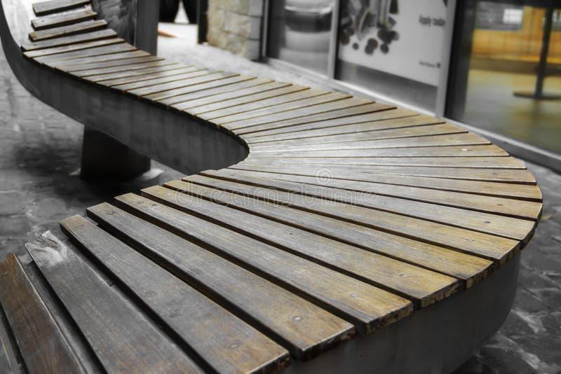 Wyginająca się drewniana ławka w parku zdjęcia royalty free