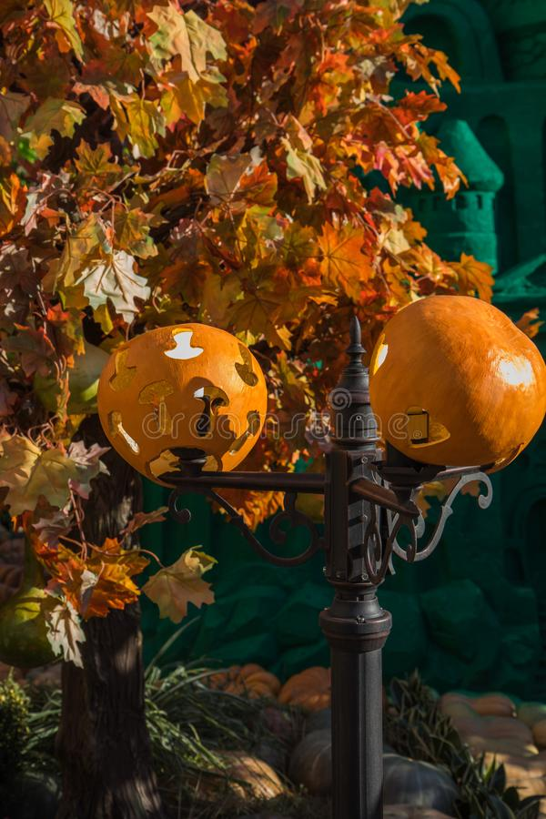 Wyginająca się Halloweenowa bania z straszną twarzą używać jako lampion fotografia royalty free