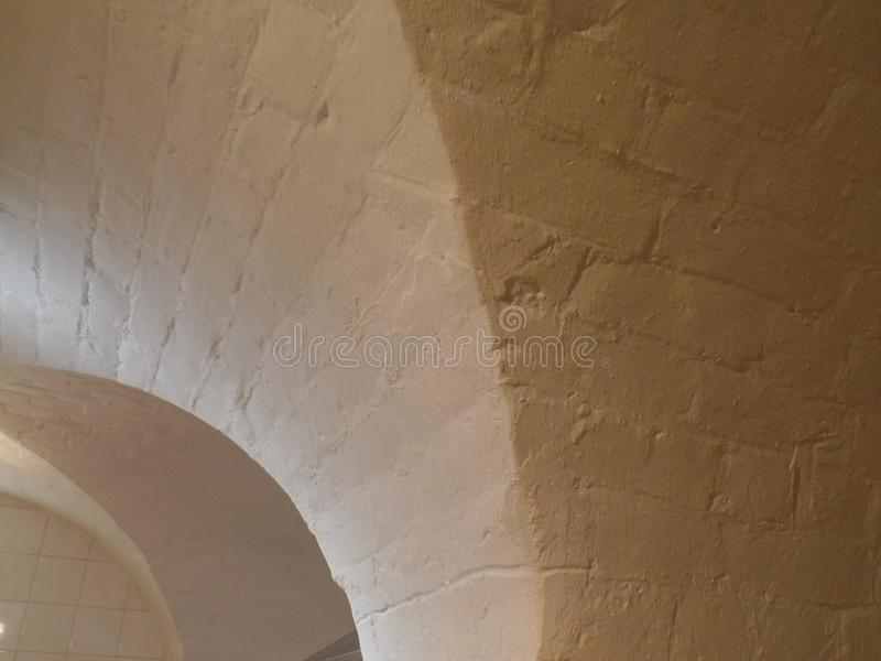 Wyginający się biały sufit i ściana z cegieł obraz royalty free
