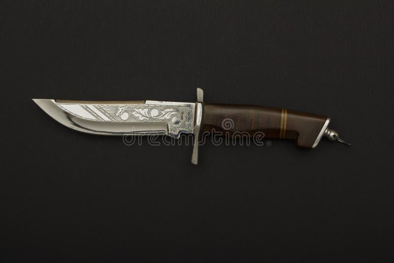 Wyginający się ceremonialny kindżał z ozdobnym sheath na czarnym tle Łowiecki kindżału nóż z dekoracyjną skorupą odizolowywającą  obraz royalty free
