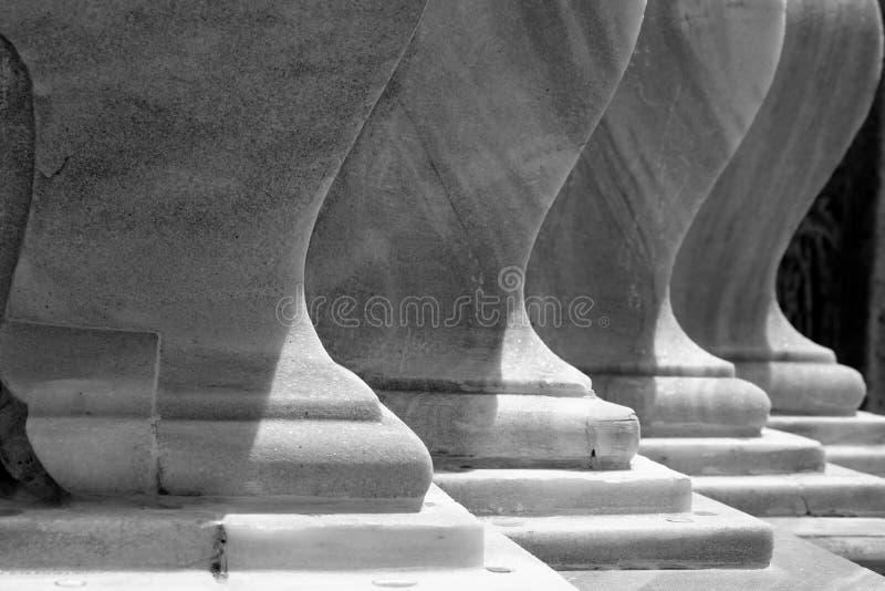 Wyginający się kształt marmur ściana z cieniem i światłem obraz stock