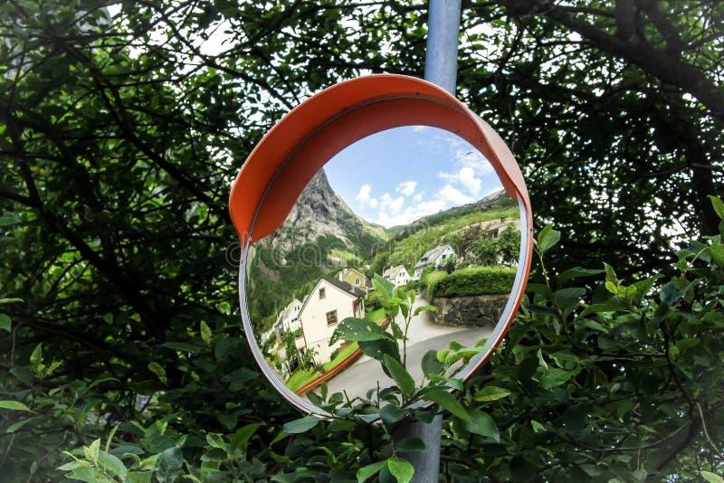 Wyginający się lustro i widok na mieście Odda, Norwegia - zdjęcia stock