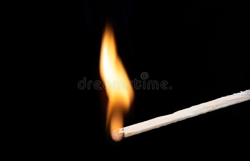 Wyginający się płomień ogień na drewnianym dopasowaniu Makro- strza? zdjęcia royalty free
