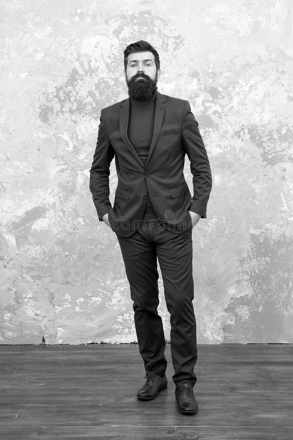 Wyglądał idealnie Człowiek przystojny brodaty biznesmen nosi luksusowy kombinezon Koncepcja menswear i moda Gość brutalny zdjęcia royalty free