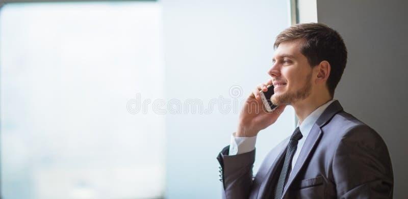 wygląda człowiek interesów komórek mówi bardzo ciekawy telefon obraz royalty free