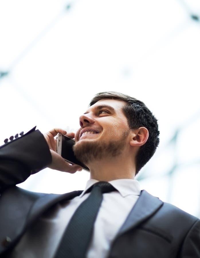 wygląda człowiek interesów komórek mówi bardzo ciekawy telefon fotografia royalty free