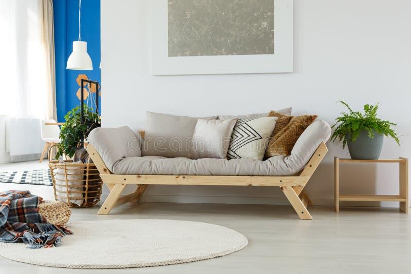 Wygodna kanapa w eco pokoju zdjęcia royalty free