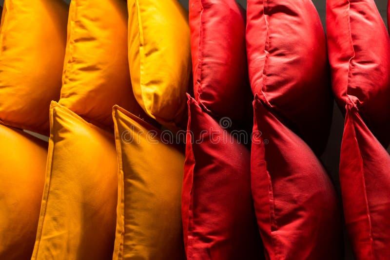 Wygodna kolorowa tkanina wyścieła na półkach sklepowych Wiele poduszki na półce w sklepie fotografia stock
