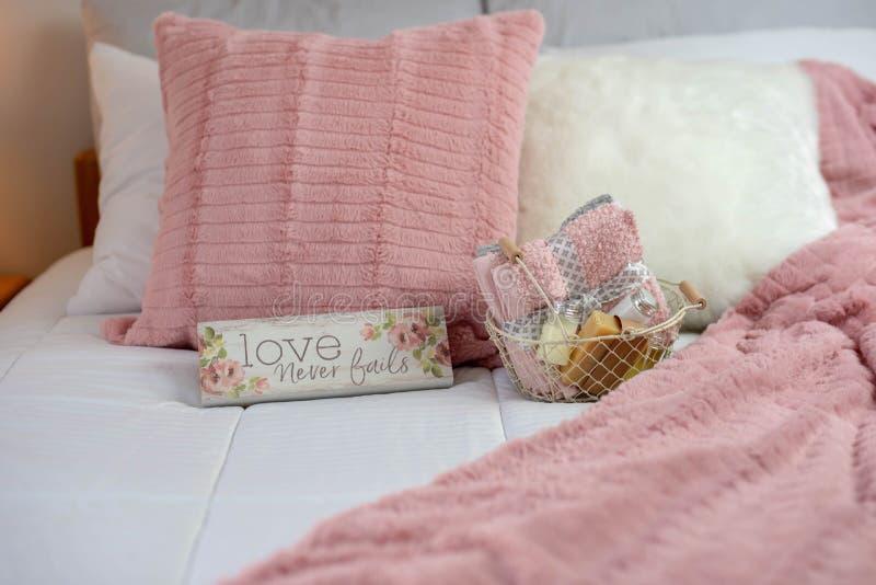 Wygodna neutralna wystroju gościa sypialnia z różowymi akcentami obrazy royalty free