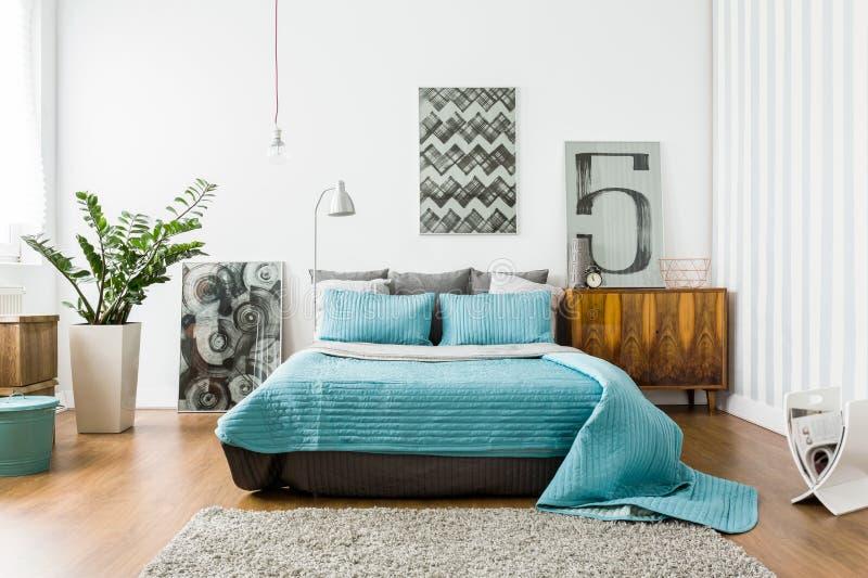 Wygodna sypialnia w nowożytnym projekcie fotografia stock