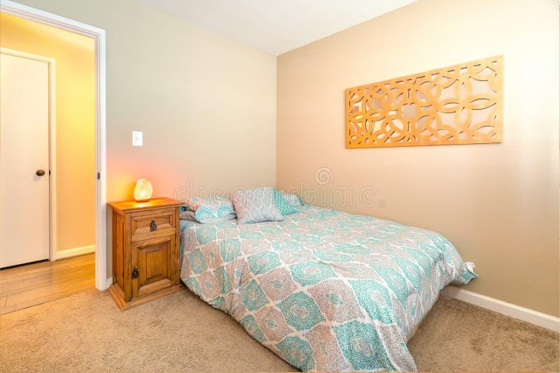 Wygodna sypialnia z bliźniaczą łóżka, dywanowej i himalajskiej morze soli lampą o, fotografia stock