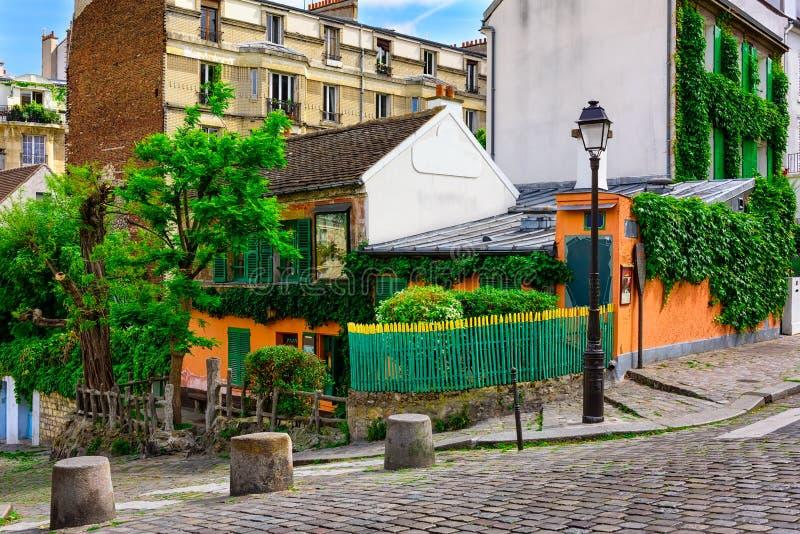 Wygodna ulica stary Montmartre w Paryż zdjęcia royalty free
