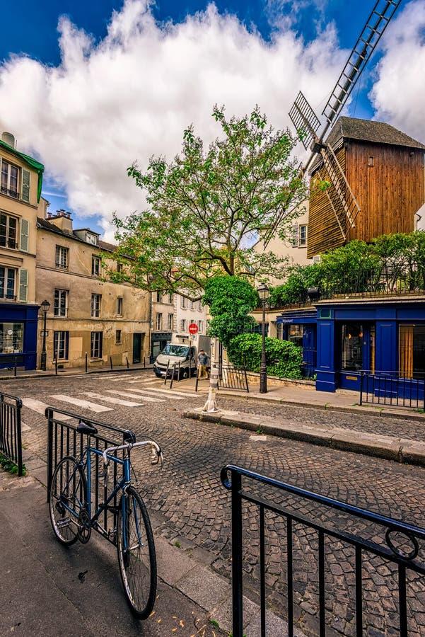 Wygodna ulica z starym młynem i rowerem w kwartalnym Montmartre w Paryż zdjęcie royalty free