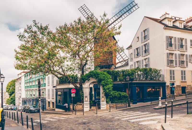Wygodna ulica z starym młynem w kwartalnym Montmartre w Paryż, Francja zdjęcia royalty free