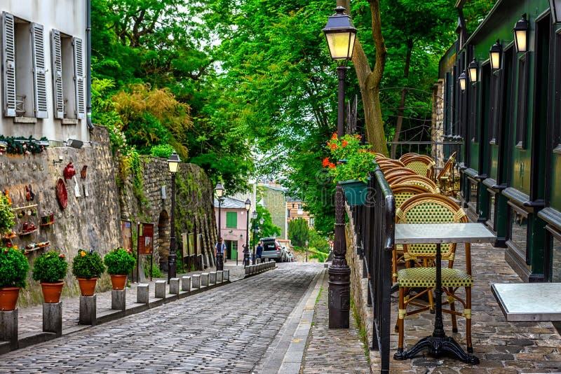 Wygodna ulica z stołami kawiarnia w kwartalnym Montmartre w Pari obrazy stock
