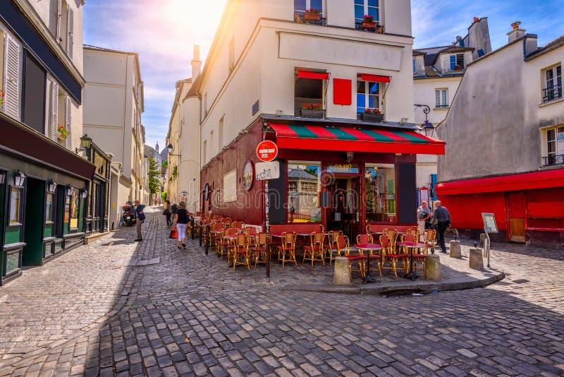 Wygodna ulica z stołami kawiarnia w kwartalnym Montmartre w Paryż zdjęcie stock
