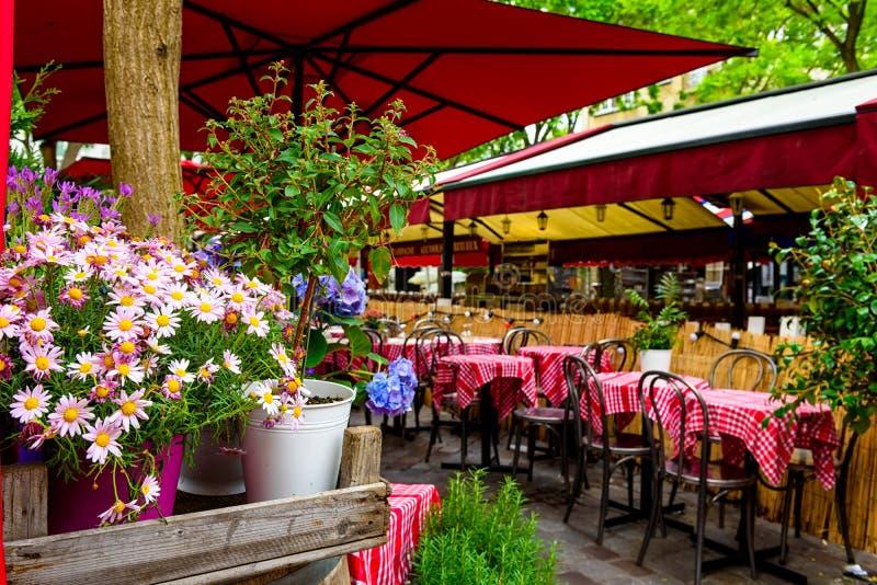 Wygodna ulica z stołami kawiarnia w kwartalnym Montmartre w Paryż obraz stock