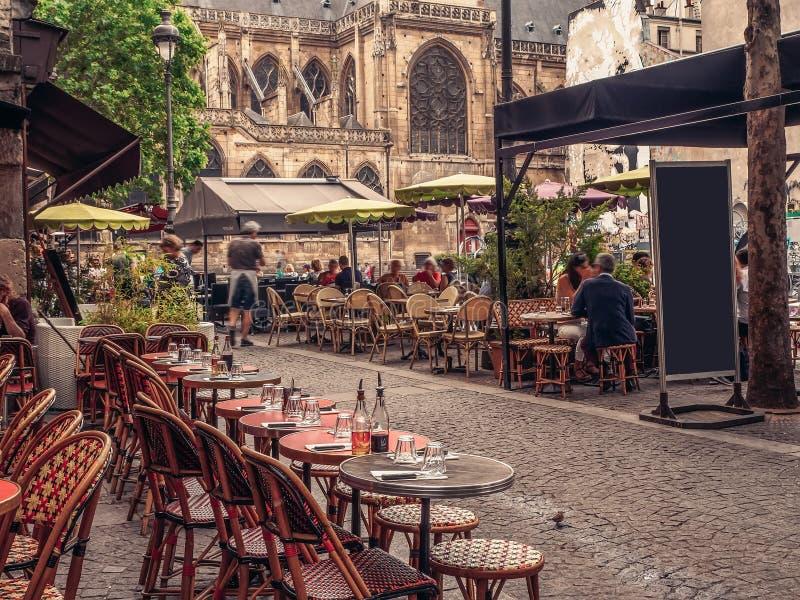 Wygodna ulica z stołami kawiarnia w Paryż obraz stock