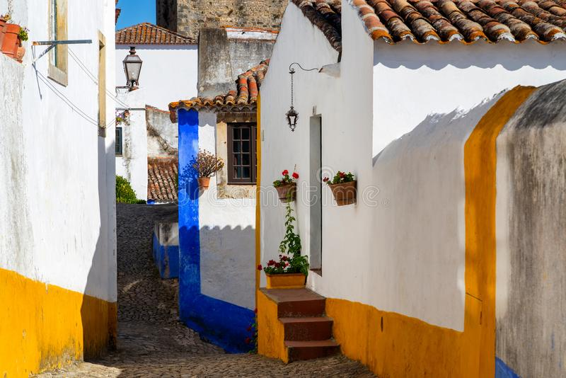 Wygodne w?skie ulicy stary grodzki Obidos, Portugalia obraz royalty free