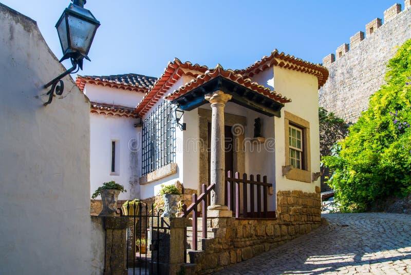 Wygodne w?skie ulicy stary grodzki Obidos, Portugalia fotografia royalty free