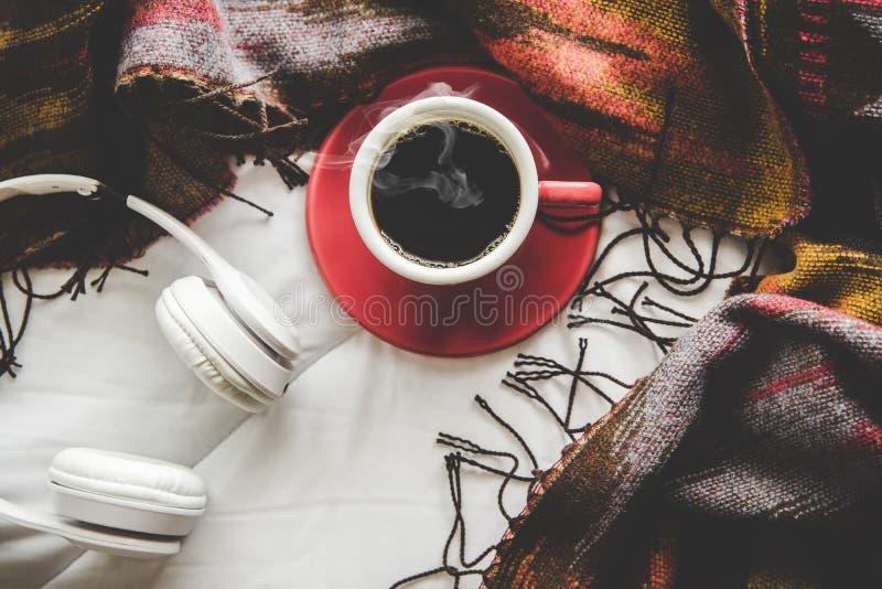 Wygodnej zimy domowy tło, filiżanka gorąca kawa z marshmallow, grże trykotowego pulower na białym łóżku obrazy royalty free
