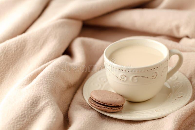 Wygodnej zimy domowy tło, filiżanka gorąca kawa z mlekiem, ciepły k obraz stock