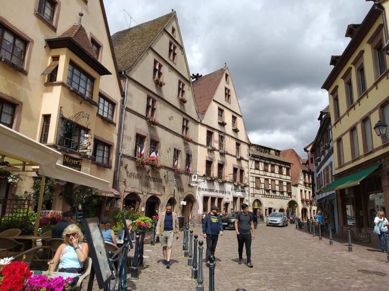 Wygodni sklepy z kawą w ulicach Kaysesberg, Francja obrazy royalty free