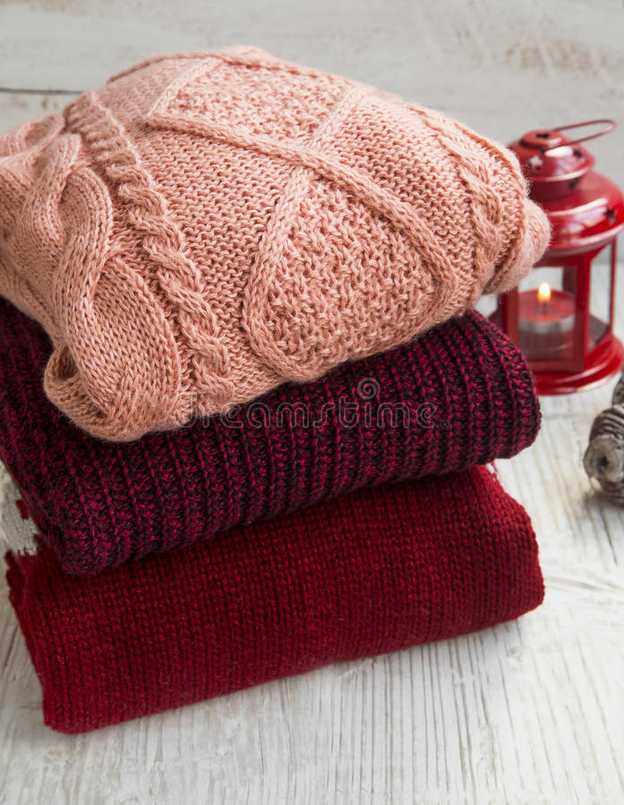 Wygodni Woolen pulowery dla zima czasu z Bożenarodzeniowym lampionem obraz royalty free